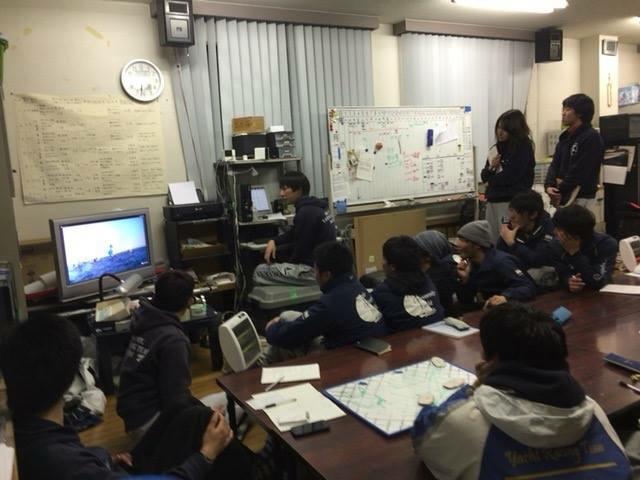 練習後は毎回上艇庫でミーティングをします。練習中の動画を見たりボードを使って海上での動きの確認をしたりしています。