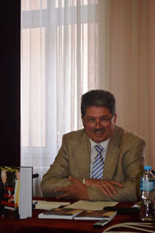 """Winfried Gburek in einer Pressekonferenz in Sarajevo, Bosnien und Herzegowina, anlässlich der Buchvorstellung """"Liebe.Macht.Erfinderisch. - Enthüllungen""""."""