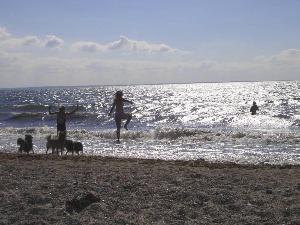 Katha versucht ins Meer zu gehen