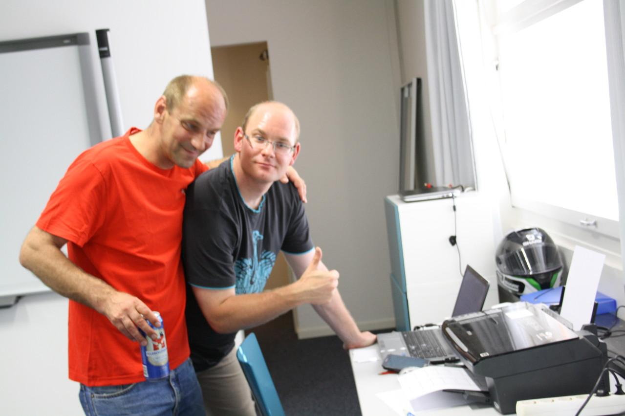 Sportleiter arbeitet Planungliste programmieren im Laptop