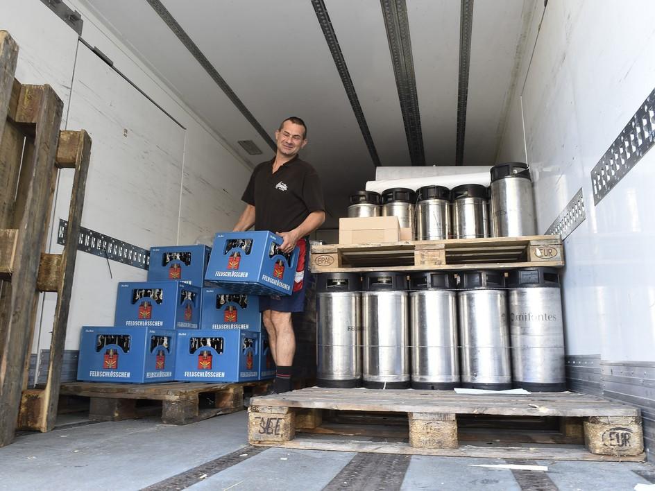 Bier und mehr werden abgeladen.