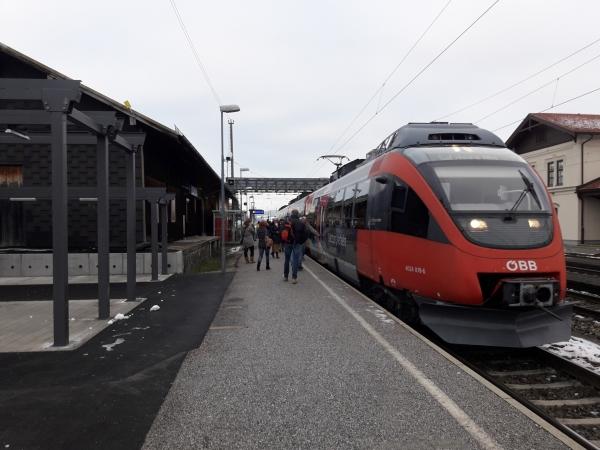 S2 Salzburg an 8:44 in Seekirchen am 06.12.2017. Dieser Zug wird künftig nicht mehr verkehren (Taktlücke zwischen 8 und 9 Uhr). Am Aufnahmetag benutzten bis Salzburg ca. 120 Fahrgäste die betreffende S2.