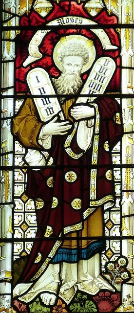 十戒が刻まれた石版を持つモーゼ