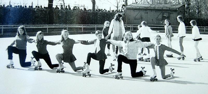Training am Sommerdamm. Im Hintergrund sieht man die alte Holzhütte, in der sich die Sportler früher umgezogen haben. 1969 wurde dann das heutige Vereinsheim eingeweiht.
