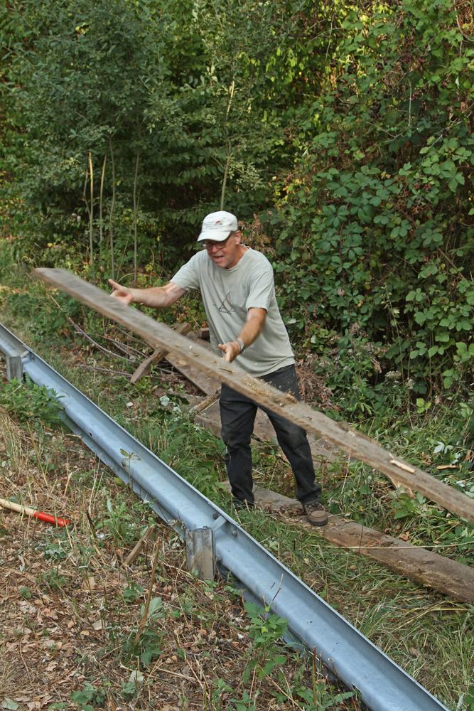 Gerhard Schweigert beim Aussortieren von brauchbarem Material
