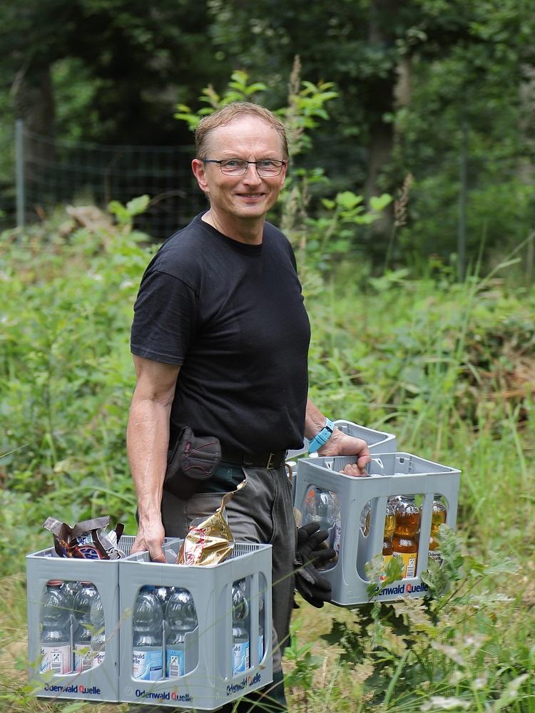 Den wichtigsten Proviant trägt Martin Fröhlich zum Sammelplatz.
