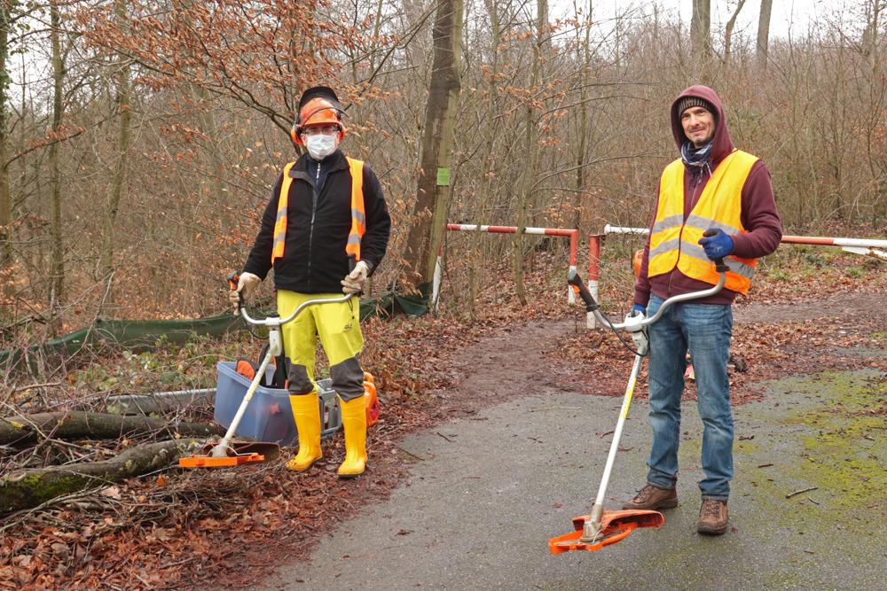 Isfried Petzenhauser und Stefan Reichert mähen einen ersten Pfad entlang des Zauns