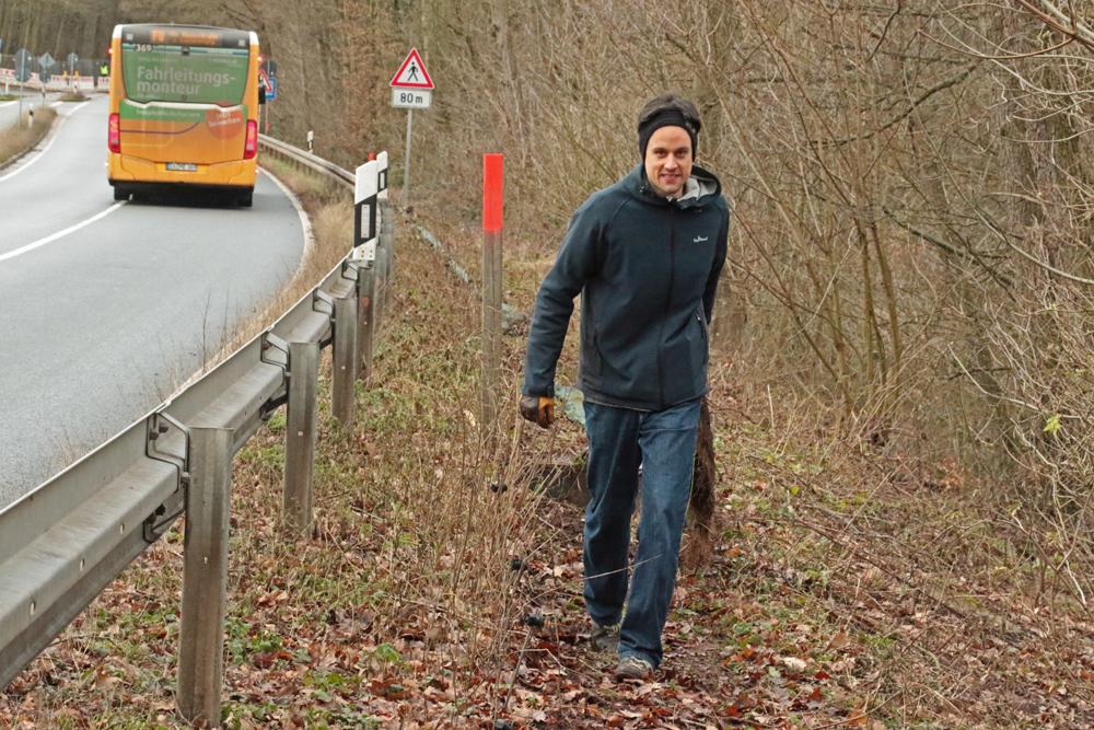 Philip Berreth zieht den herausgelösten Zaun zum Ablageplatz
