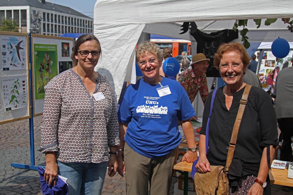 Stadträtin Akdeniz (r.) und Frau Lübbe (l.) am NABU-Stand