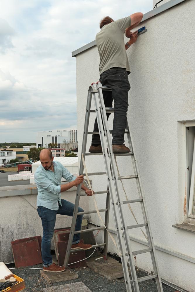 Gerhard Schweigert montiert die Halteleiste