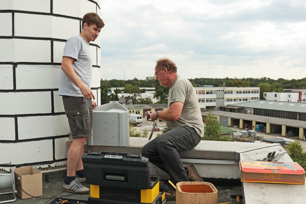 Ernst Marius Hüther und Gerhard Schweigert bei der Montage