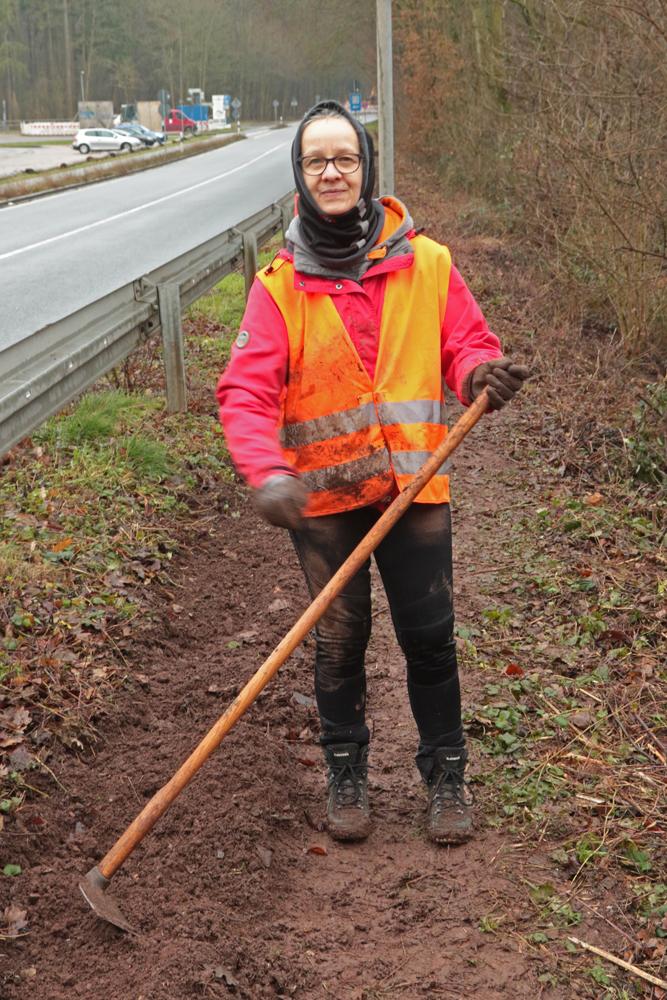 Auch bei feuchtem Wetter wird gearbeitet, hier von Inge Schönhardt