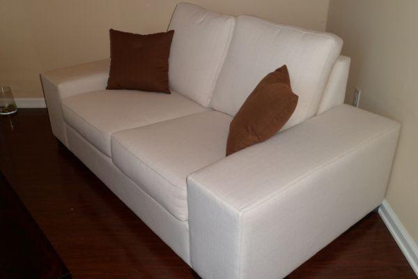 Sala de estar sofa y love seat color blanco tela usado for Sofas baratos de segunda mano