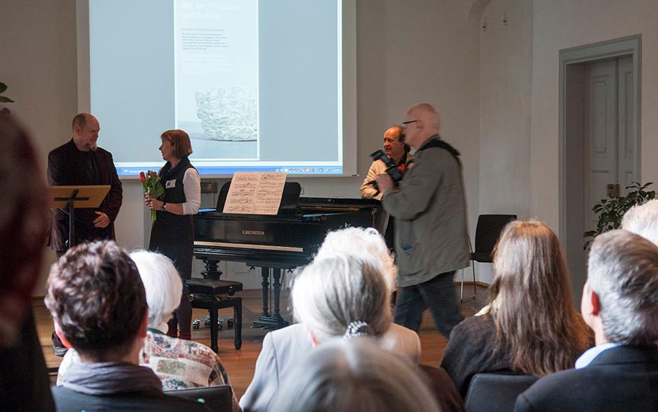"""Begrüßung: Katja Altmann, Musik: Richard Vardigans, Rede zu """"Pro und Konttrra Zufall in der Kunst"""" Olaf Stoy"""