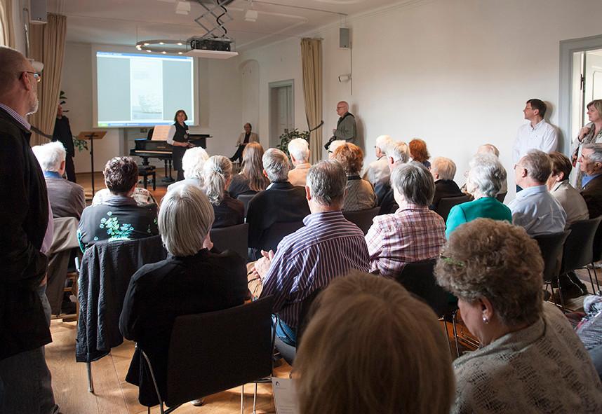 """Begrüßung: Katja Altmann, Musik: Richard Vardigans, Rede zu """"Pro und Konttrra Zufall in der Kunst"""" Olaf Stoy:"""