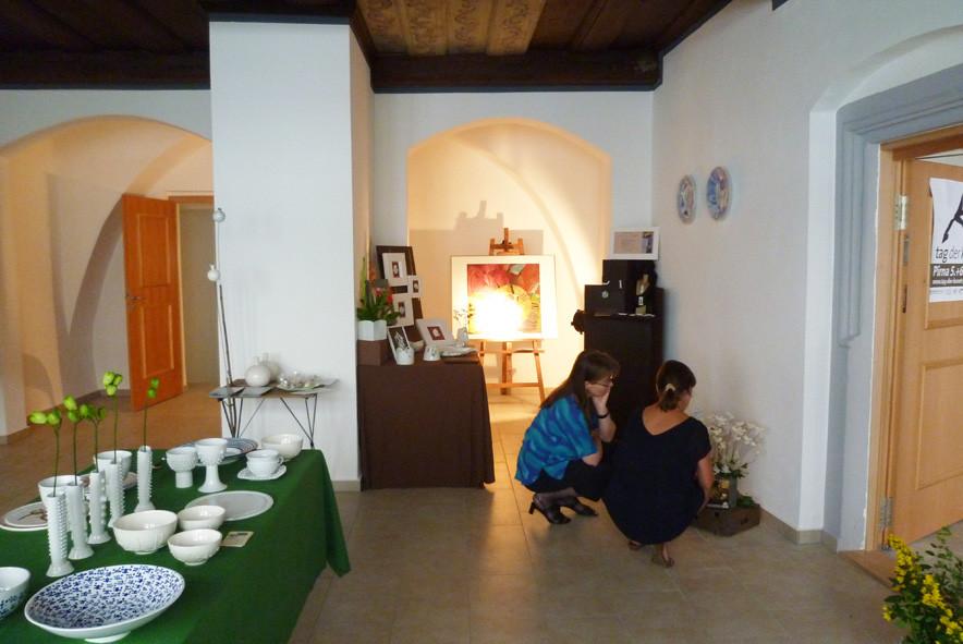 Ausstellungsraum mit Sabine Hagedorn und Petra Zak