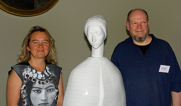 Malgorzata Chodakowska und Olaf Stoy stellen eine neue Porzellanbüste der Künstlerin zur Museumsnacht vor
