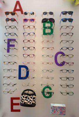 Brillenwand mit Kinderbrillen