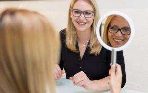 Frau bei der Brillenanprobe