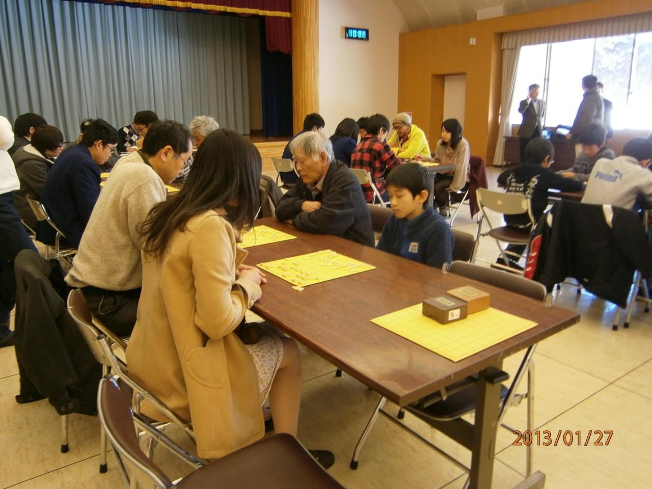 将棋をはじめて1年たらずの高校女子と村一番の小学生の対局。