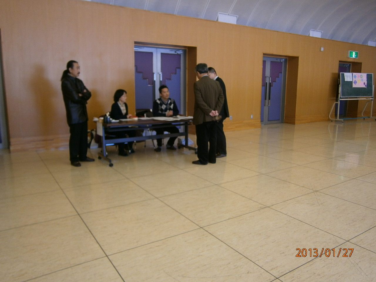 受付時間直前。うちあわせをする北相木スタッフと勝又先生と上原先生。