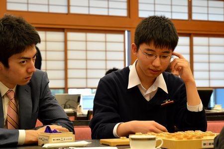 控室で検討する中沢初段。飯野門下の17歳!長野の期待の星です☆