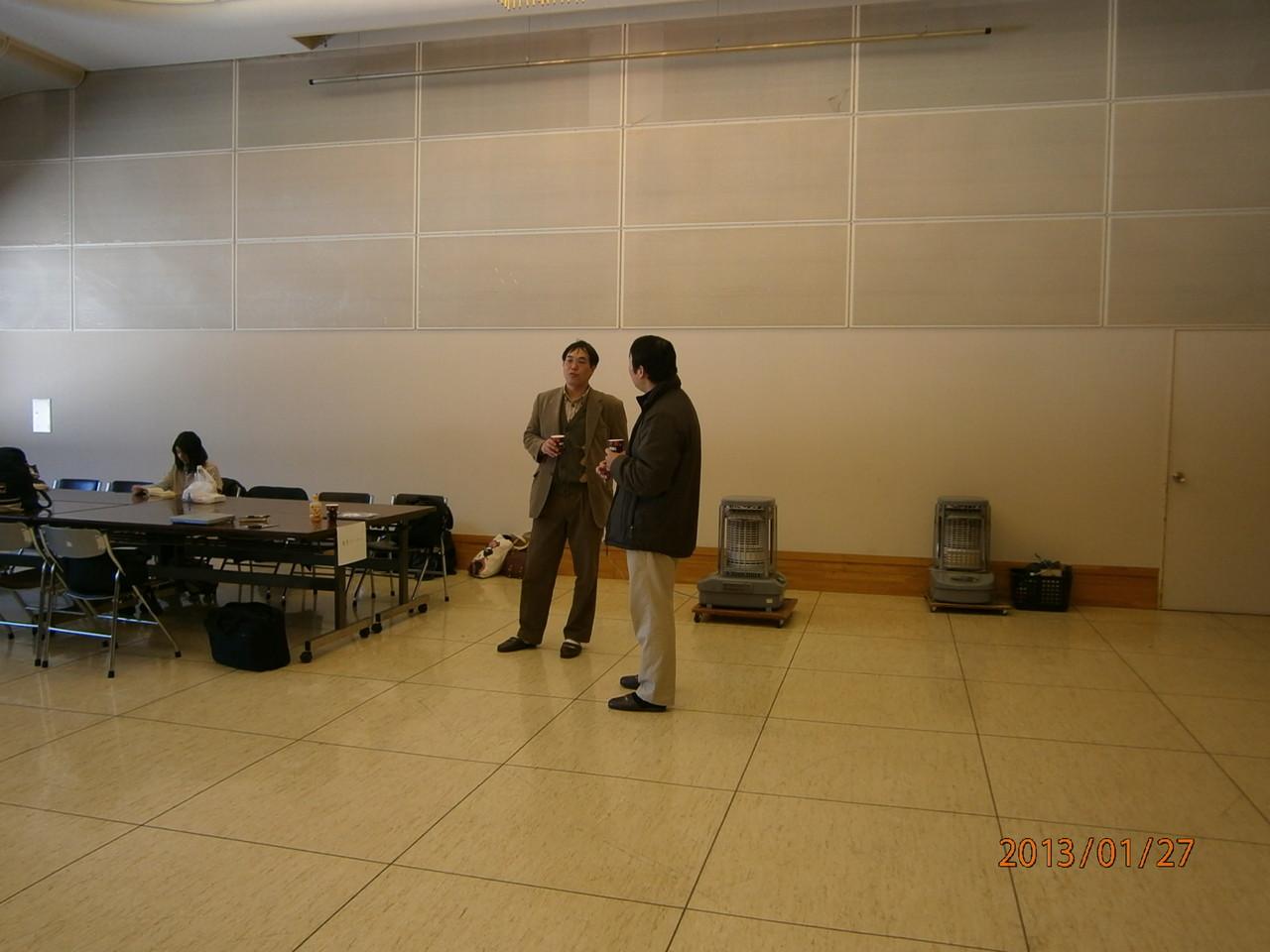 遠くで話をしているのは軽井沢高校顧問と塩尻支部の松本先生。将棋のすばらしさをどのように伝えていけばいいのか議論をしている(らしい)