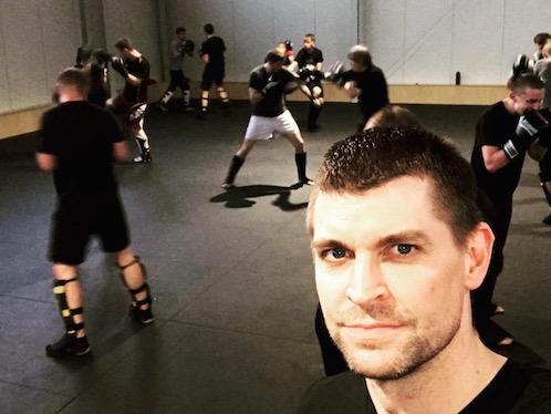 Björn Wiebe im Trainingsraum mit mehreren Schülern