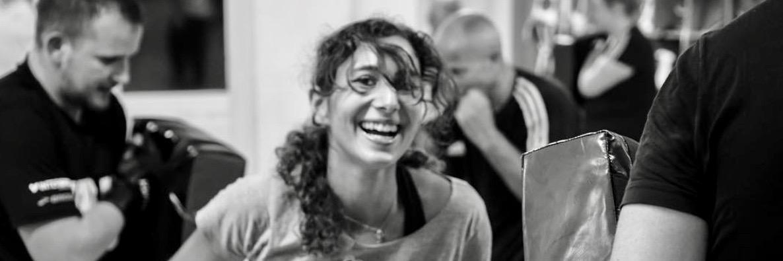 Unser Selbstverteidigungstraining macht auch einfach Spaß. Das zeigt diese lachende Frau.