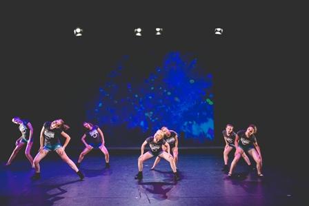Het Danskwartier Den Haag staat o.l.v. Janine van den Heuvel Damen. De dansschool bevindt zich in het Statenkwartier in Den Haag en biedt dansles vanaf 3 jaar. DANS met ons mee!