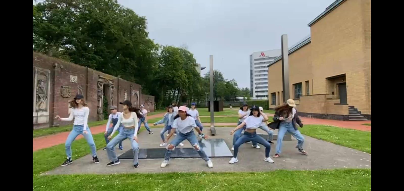Streetjazz - Dansles Het Danskwartier Den Haag staat o.l.v. Janine van den Heuvel Damen. De dansschool bevindt zich in het Statenkwartier in Den Haag en biedt dansles vanaf 3 jaar. DANS met ons mee!