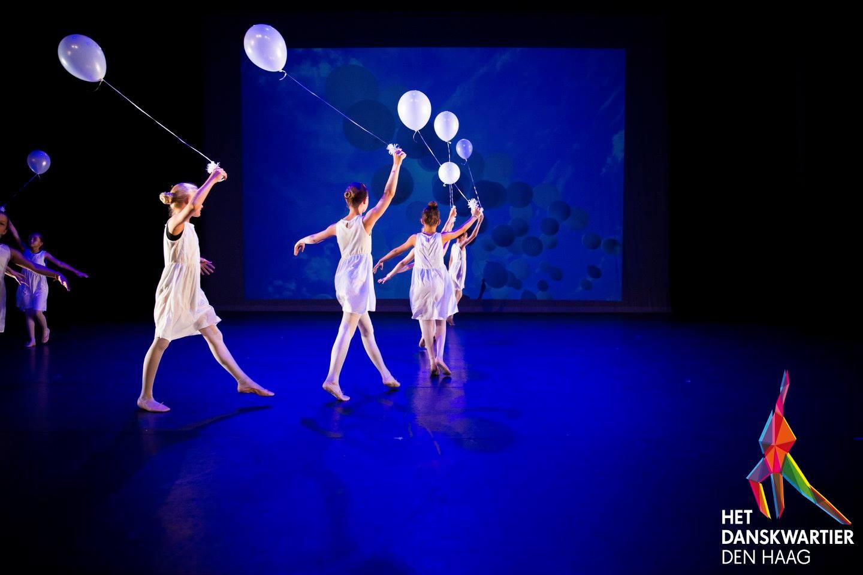 Klassiek Ballet - Dansschool Het Danskwartier Den Haag staat o.l.v. Janine van den Heuvel Damen. De dansschool bevindt zich in het Statenkwartier in Den Haag en biedt dansles vanaf 3 jaar. DANS met ons mee!