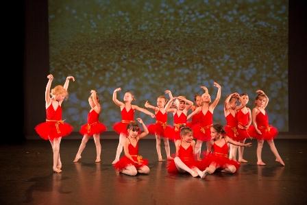 Kleuterdans - Dansschool Het Danskwartier Den Haag staat o.l.v. Janine van den Heuvel Damen. De dansschool bevindt zich in het Statenkwartier in Den Haag en biedt dansles vanaf 3 jaar. DANS met ons mee!