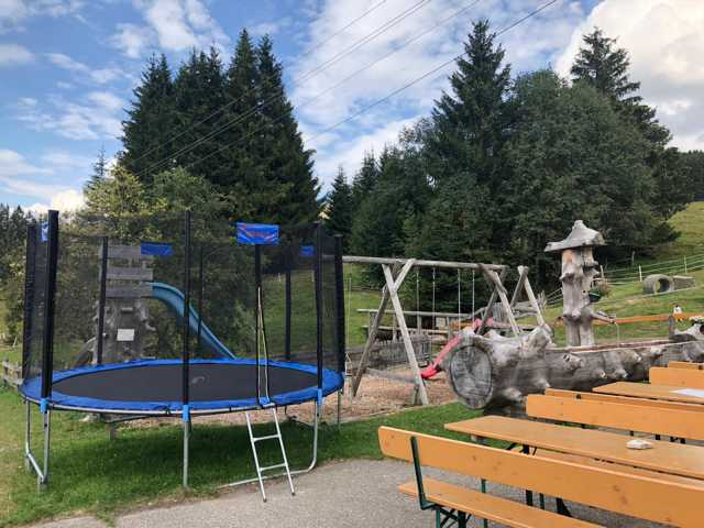 Spielplatz und Trampolin mit Einkehrmöglichkeit und leckerer Brotzeit