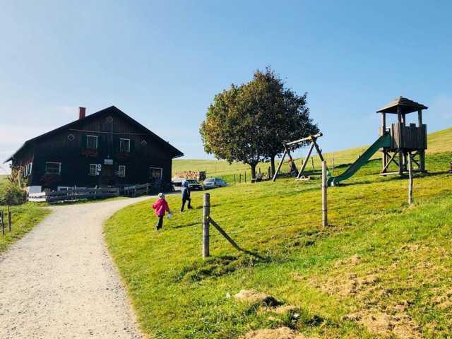 Hütte für Kinder mit Tieren und Spielplatz
