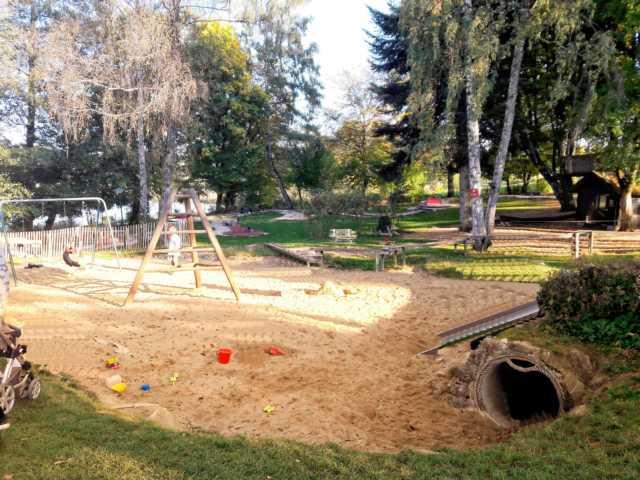 Spielplatz für Kinder mit Restaurant/Biergarten