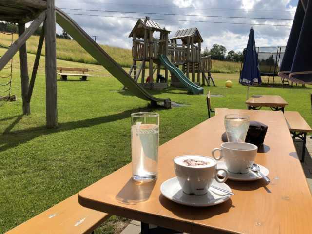 Kaffetrinken für Mama und Spielplatz für Kinder