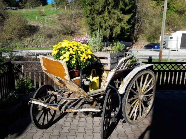 alte Kutsche mit Blumen geschmückt
