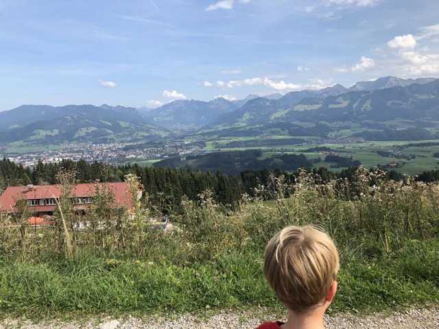 Wandern mit Kindern und schönem Ausblick im Allgäu