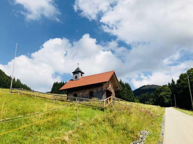 Kapelle am Wegesrand bei Familienausflug