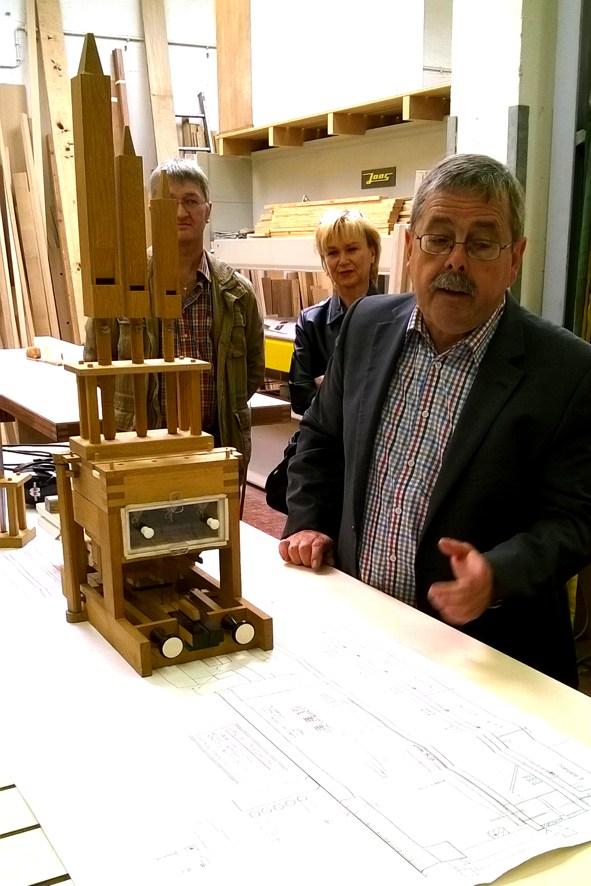 Dr. Theobald erklärt anhand eines Gesellenstücks, wie eine Orgel funktioniert.
