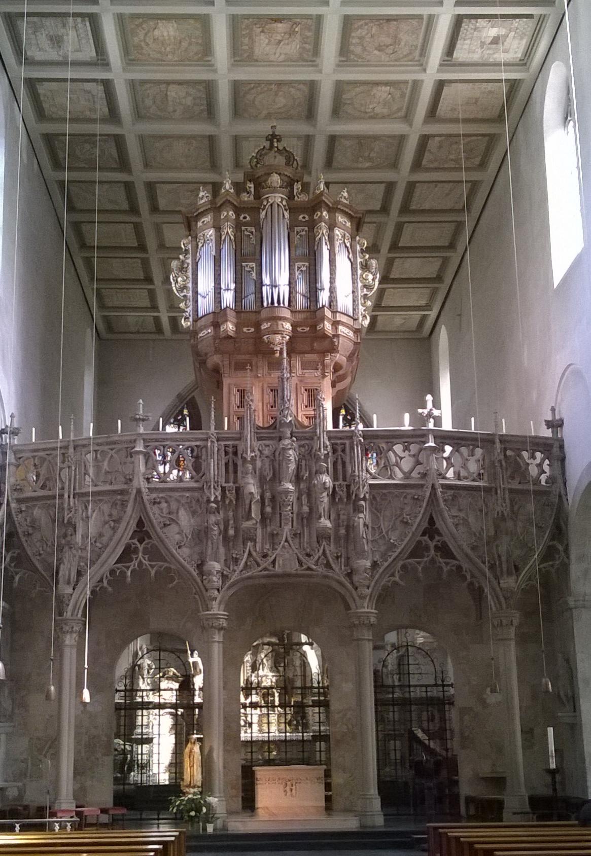 In St. Pantaleon thront eine neue Orgel (1963) im historischen Gehäuse auf einem gotischen Lettner.