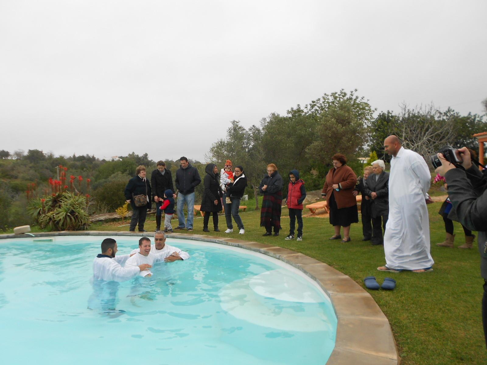 Porque todos quantos fostes batizados em Cristo já vos revestistes de Cristo. Gálatas 3:27