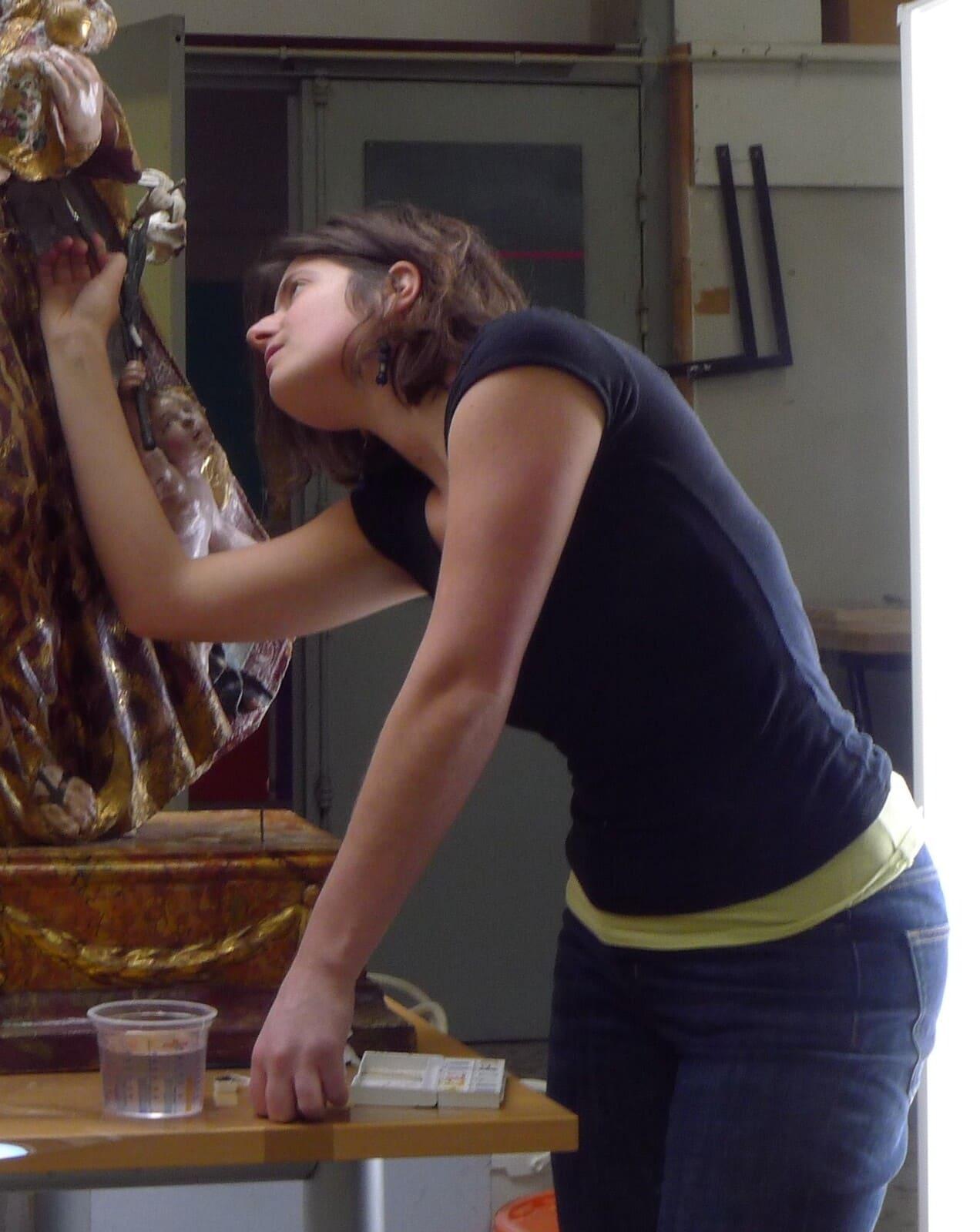 Retouches colorées sur une Vierge à l'Enfant en bois polychromé