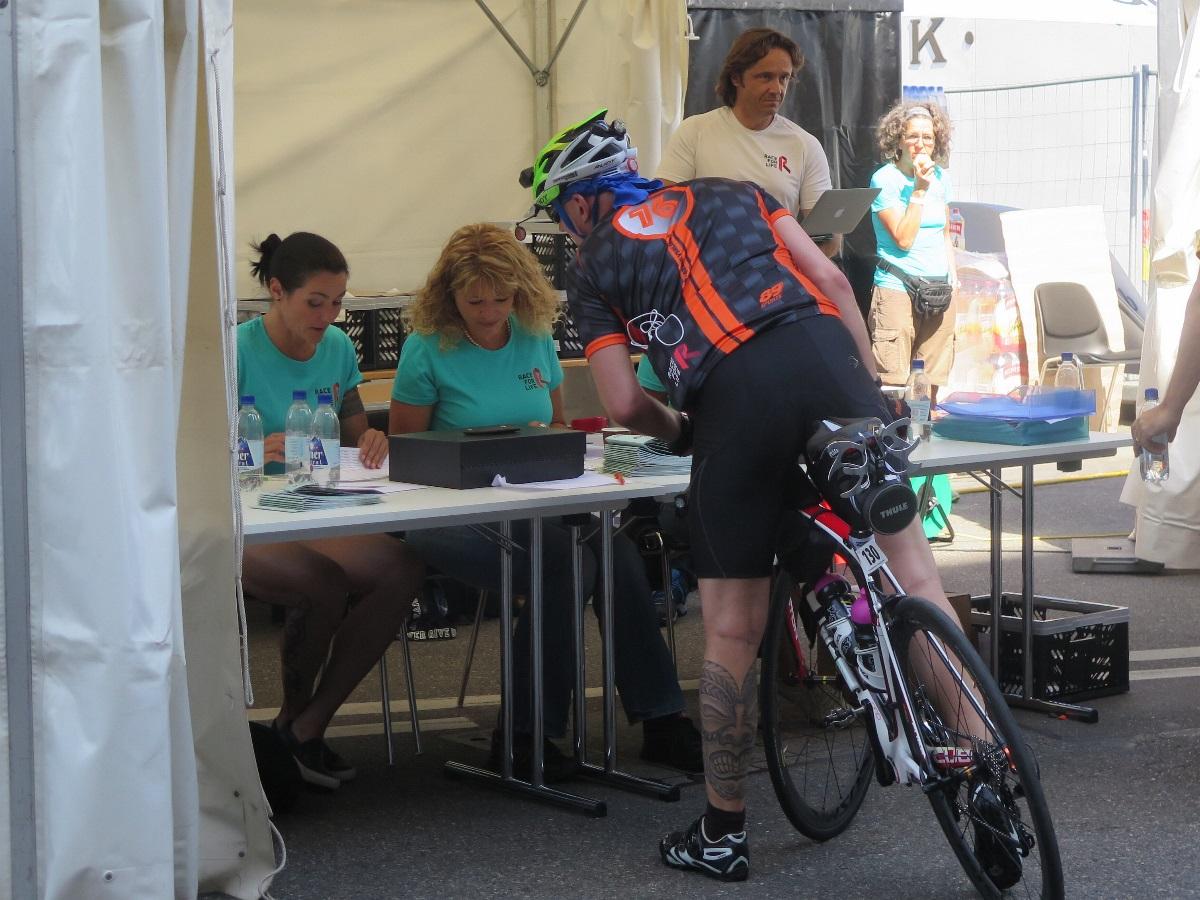 Der Projektleiter Markus Aerni im Race-Büro (im Hintergrund)