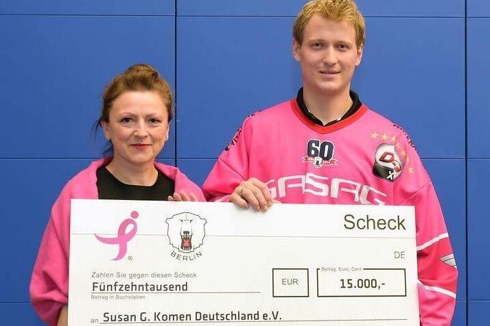 2015: Corinna Saric (Susan G. Komen Deutschland e.V.) und Verteidiger Frank Hördler mit einem Scheck über 15.000 €