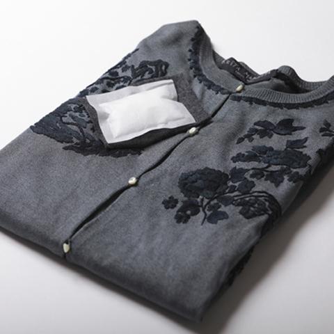 日向しょうのう:不織布に小分けした使いやすいパック入り(10g×5袋)。衣装ケース1箱につき1袋を目安に使いください。