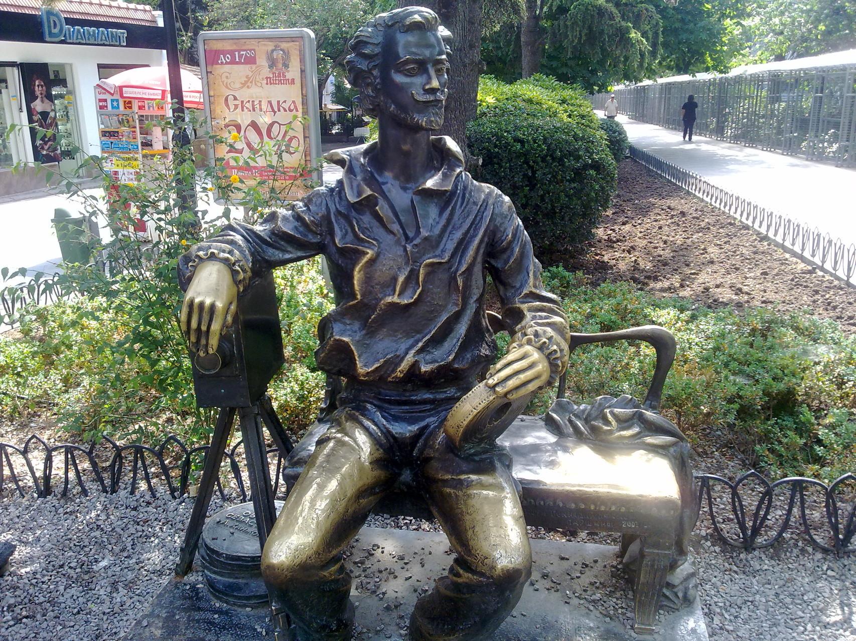 Памятник основателю Ялтинской киностудии