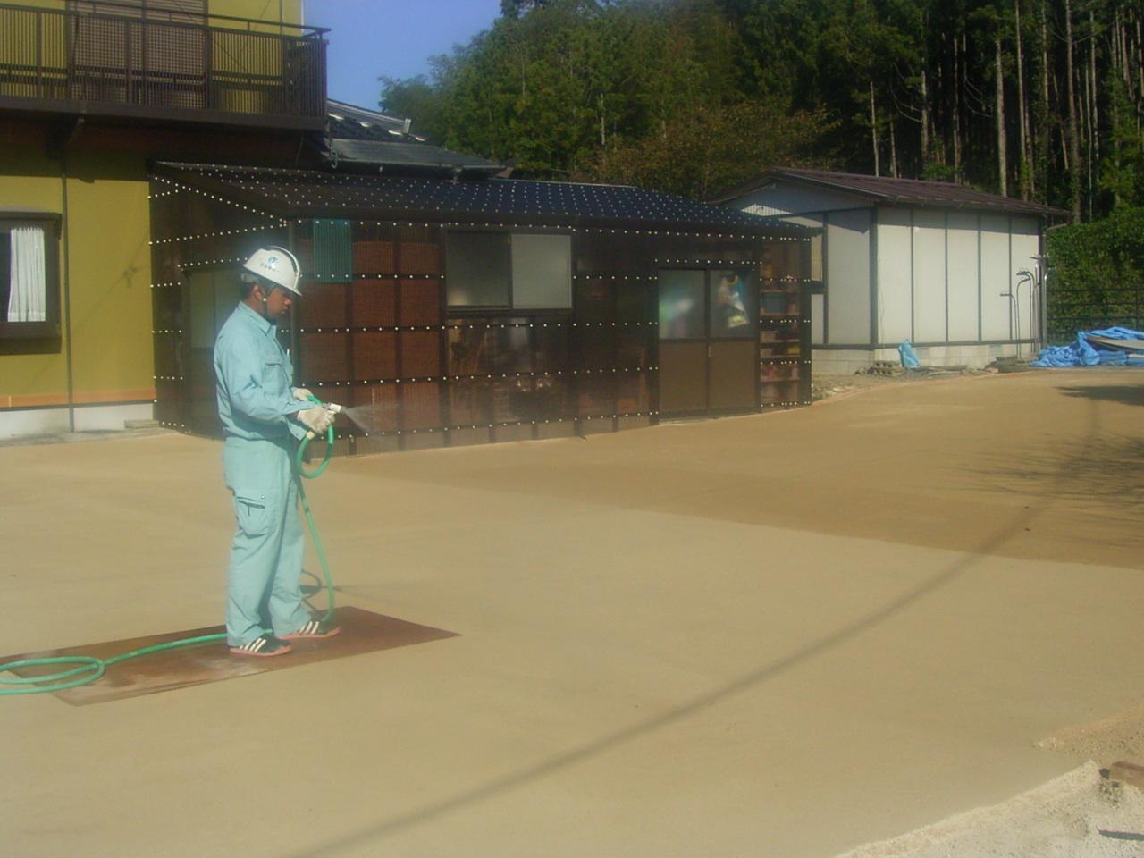 ⑦次の日に散水養生を行います。散水することにより強度が上がっていきます。