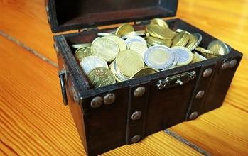 Schatztruhe mit Euromünzen